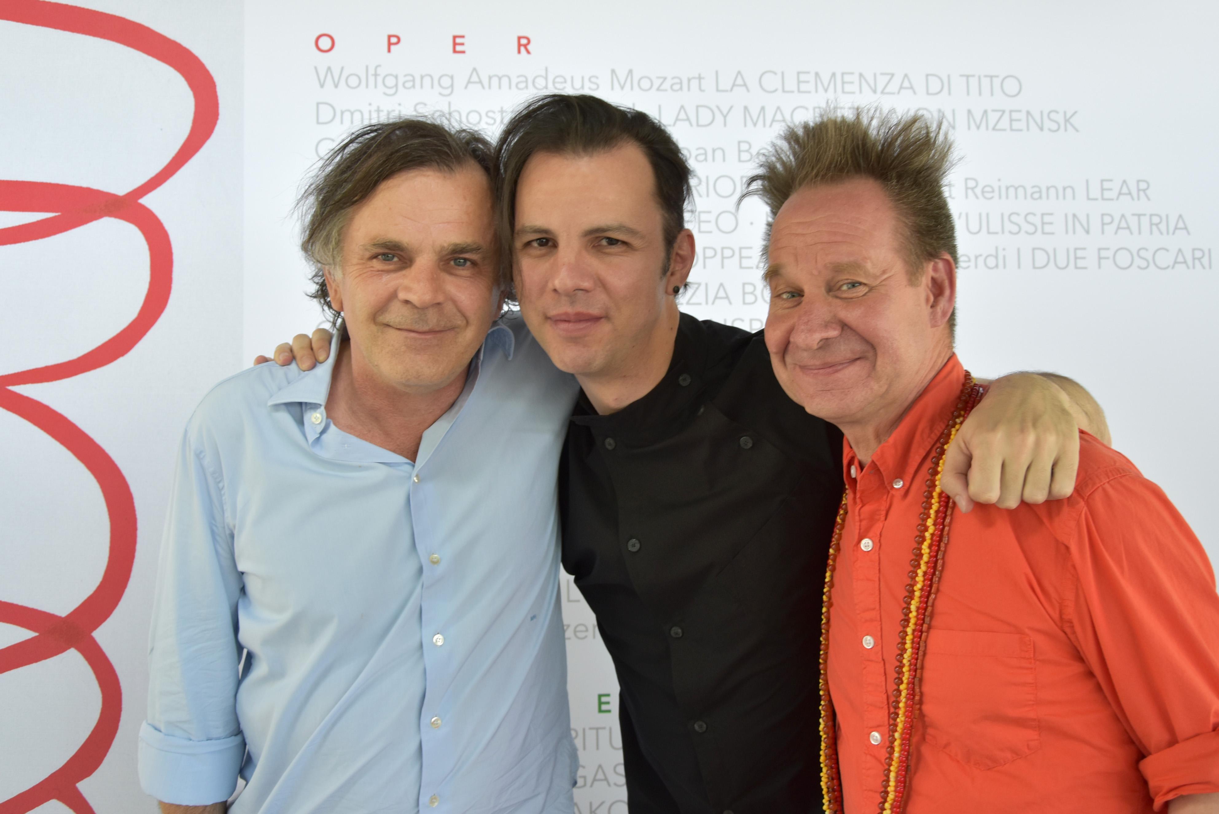 Από αριστερά: Ο διευθυντής του Φεστιβάλ του Ζάλτσμπουργκ, Markus Hinterhäuser, ο μαέστρος Θόδωρος Κουρεντζής και ο σκηνοθέτης Πίτερ Σέλαρς