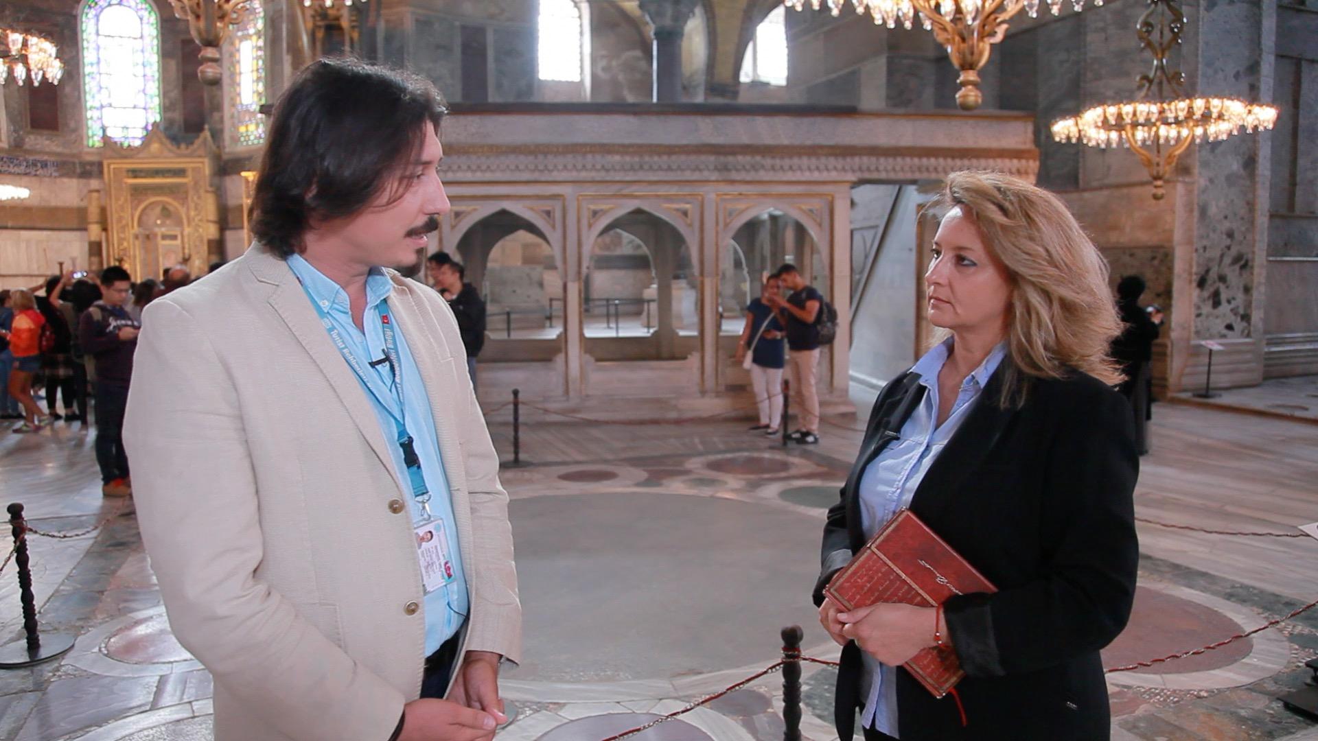 Ο ξεναγός Ερμής Γιλμάζ Καλιοντζού με την Ελένη Μπιλιάλη