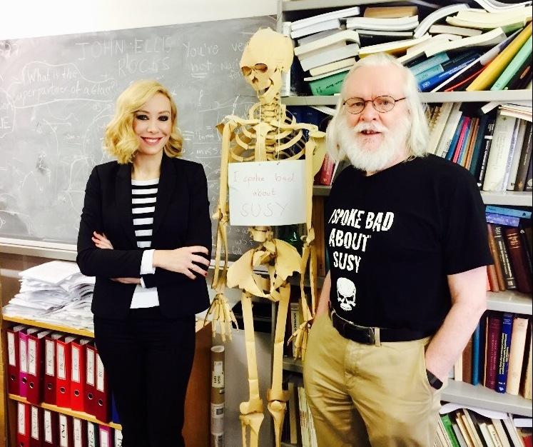Η Αντριάνα Παρασκευοπούλου με τον καθηγητή Φυσικής και μέλος του Royal Society, John Ellis.