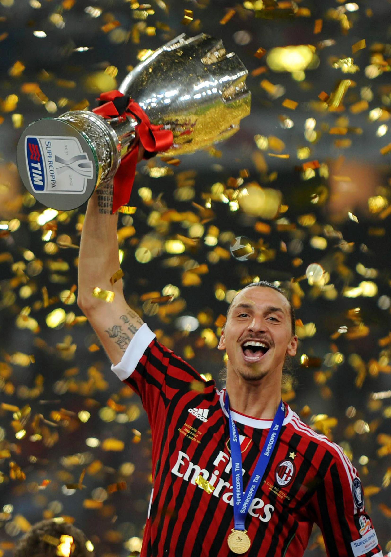 110806 Fotboll, Italiensk Supercup, Milan - Inter: Zlatan Ibrahimovic, Milan (Jubel, Pokal) © BildbyrŒn - cop 75 SWEDEN ONLY