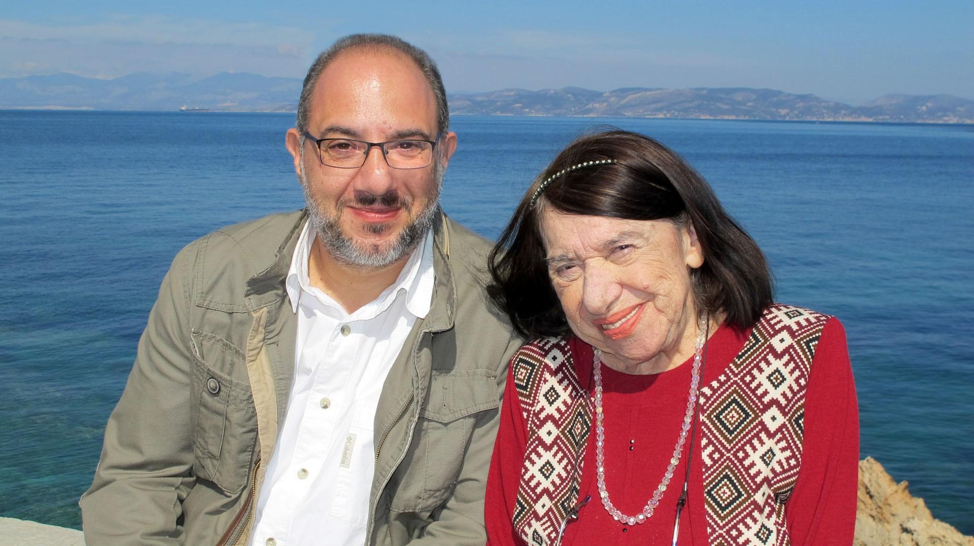 Η Κατερίνα Αγγελάκη Ρουκ με τον παραγωγό Στέλιο Σγουράκη, στην Αίγινα