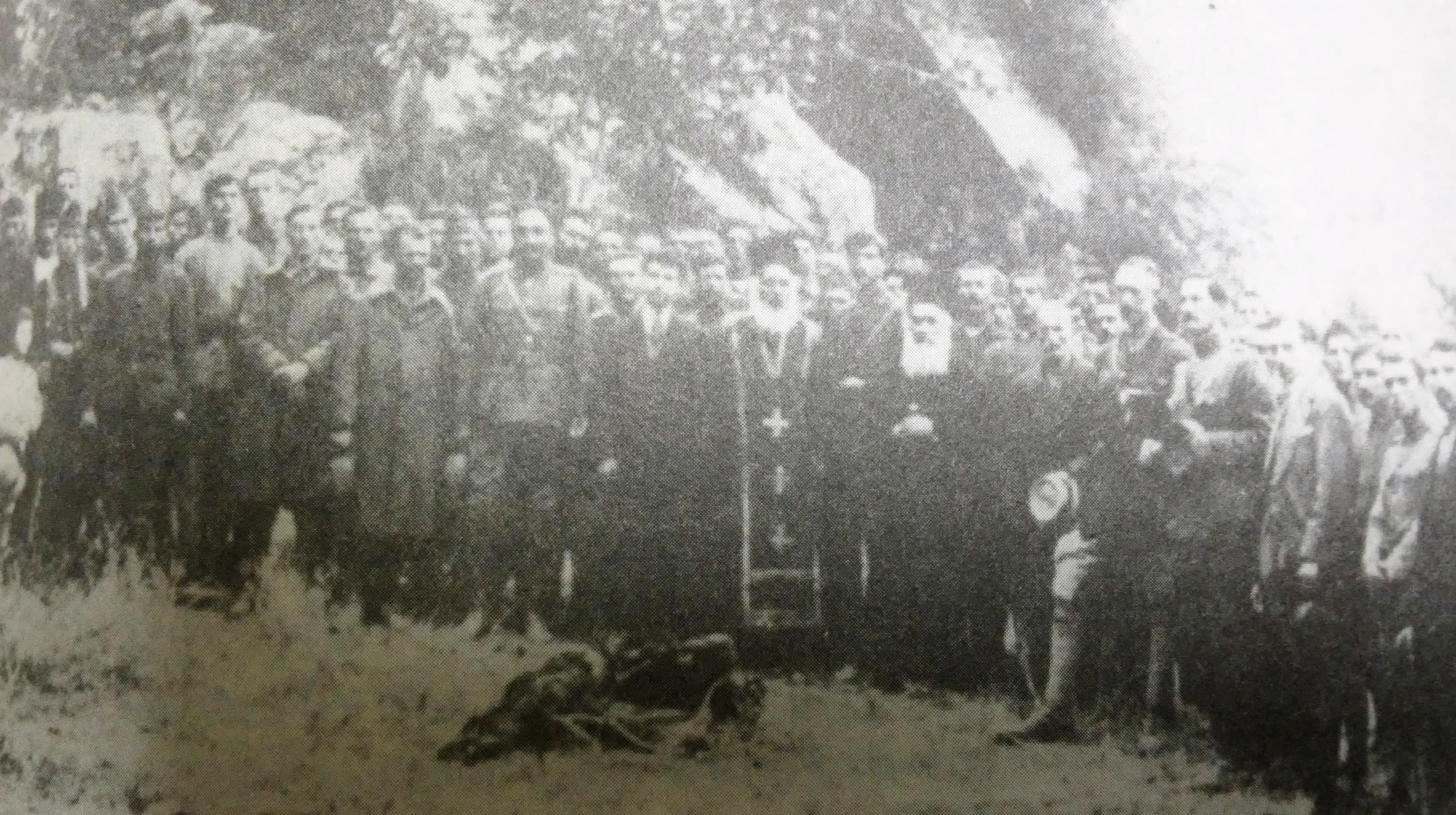 Ο μητροπολίτης Νικαίας Βασίλειος ψάλλει νεκρώσιμη δέηση. Δίπλα οι στρατιωτικοί ακόλουθοι (1920)