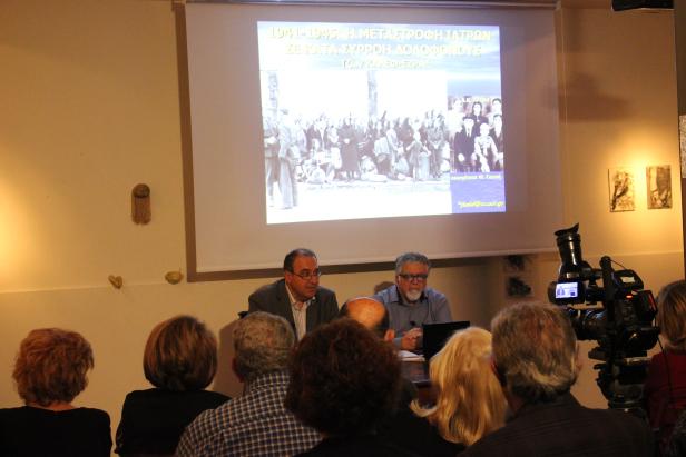 Ο Θωμάς Σίδερης (αριστερά) και ο καθηγητής Τζων Καλέφ-Εζρά (δεξιά), στην εκδήλωση που διοργάνωσε η «Αφύλαχτη Διάβαση» στο Poems n'Crimes