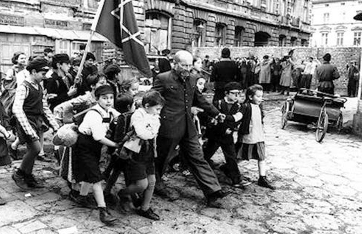 Ο παιδίατρος J. Korcak μαζί με τα «παιδιά του», καθώς φεύγει από γκέτο της Βαρσοβίας. Καθ' οδόν προς την Umschlagplatz και για εξόντωση στην Τρεμπλίνκα