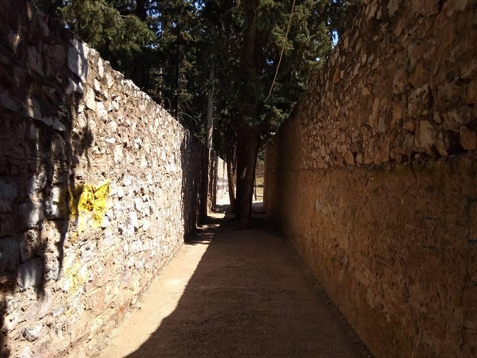 Ο διάδρομος από όπου πέρασαν οι 200 μελλοθάνατοι μέχρι τον μαντρότοιχο της εκτέλεσης.