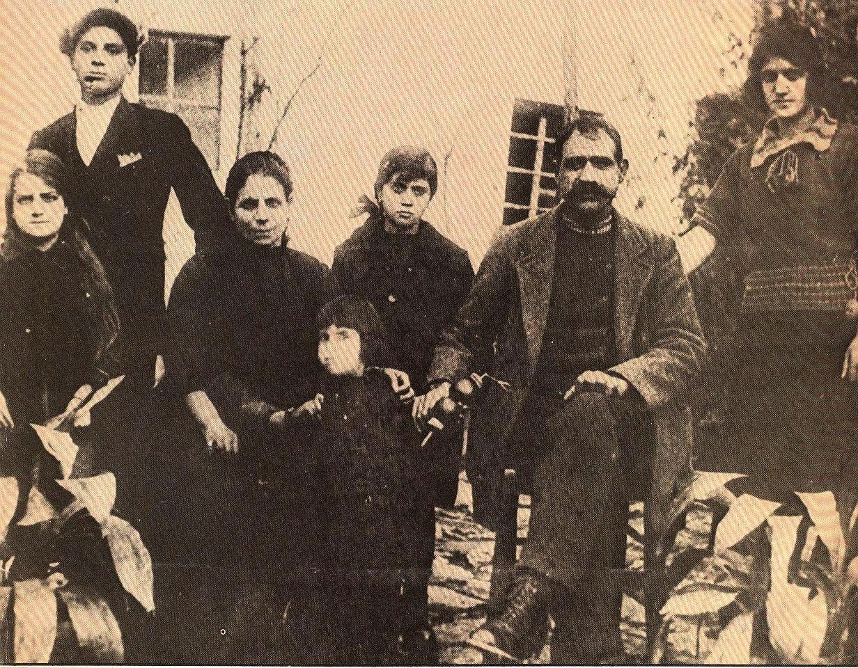 Οικογενειακό κειμήλιο: Ο Τάσος Τούσης με τις αδελφές του και τους γονείς του